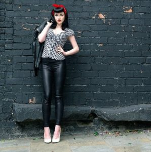 Looks pin up