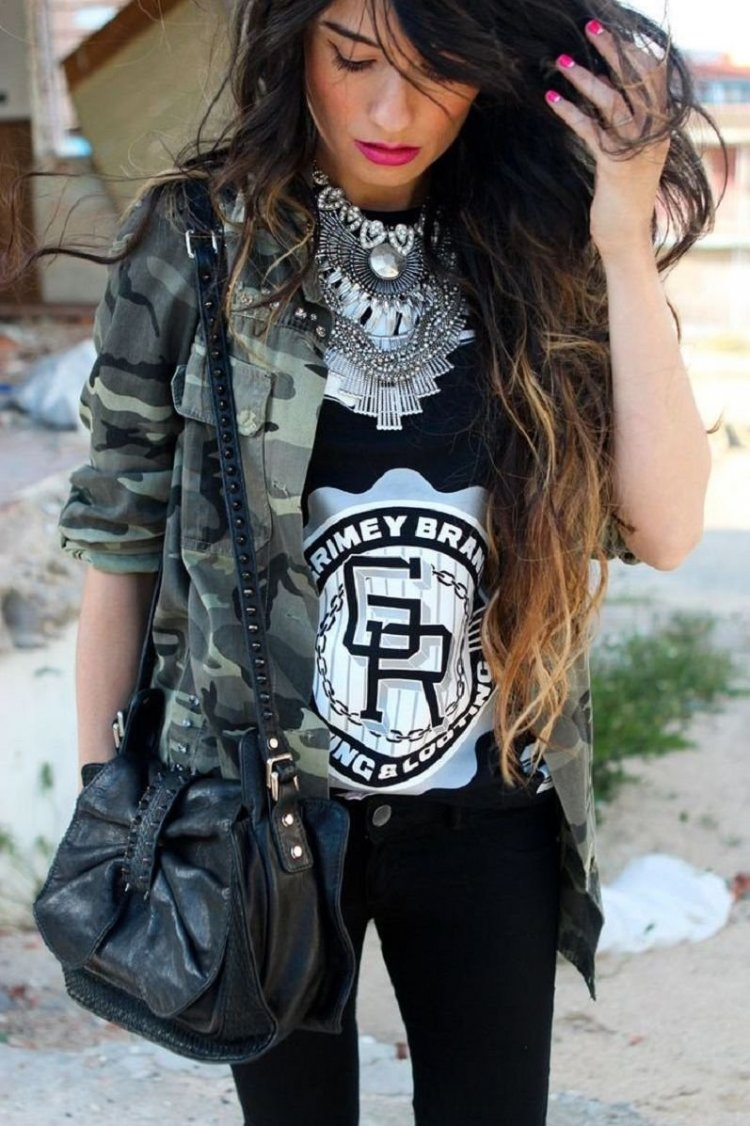 Look rockero con camisa militar y collar XXL