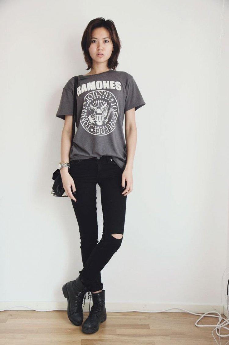 Pantalones pitillo rotos y camiseta de Ramones