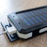 5 razones por las que merece pena tener un cargador solar de móvil