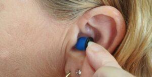 7 trucos para disimular los audífonos
