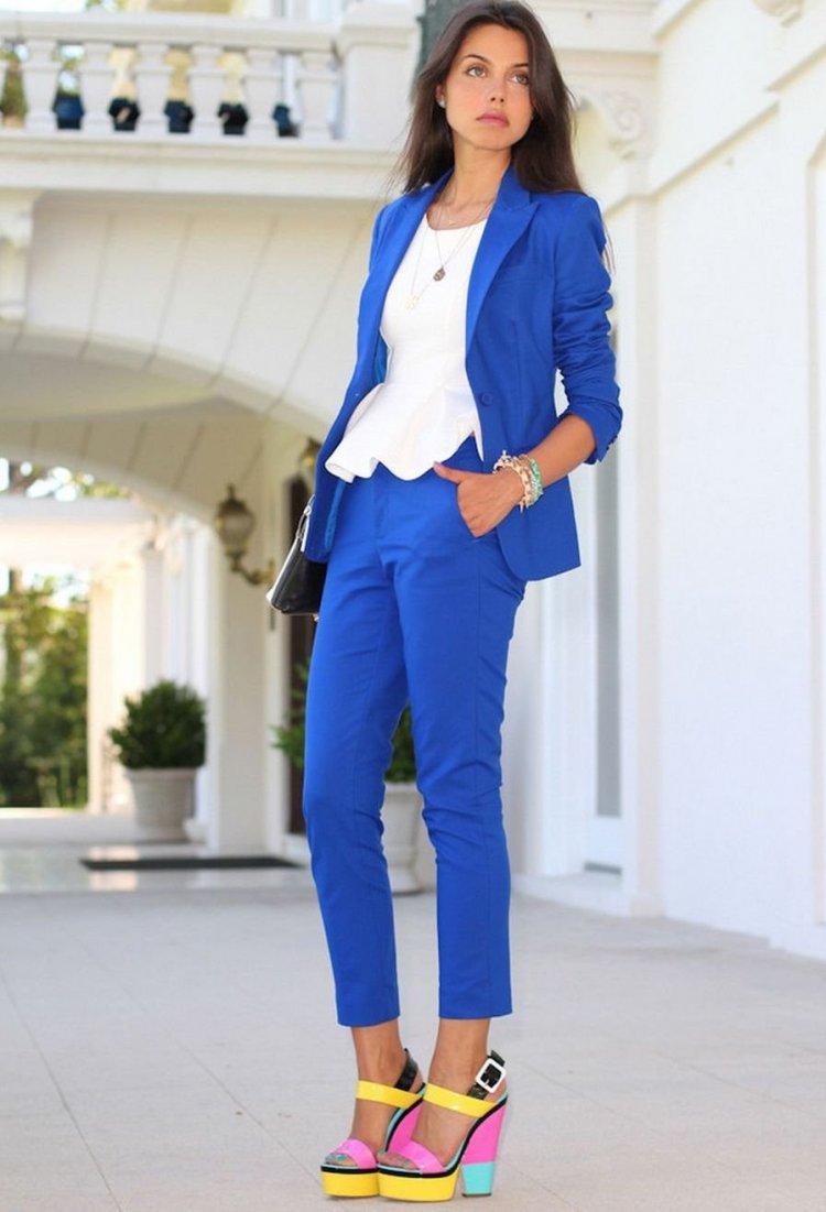 Estilismo de oficina en un vibrante azul