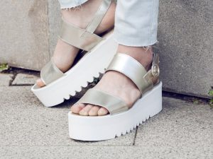 Cómo vestir con zapatos y sandalias de plataformas