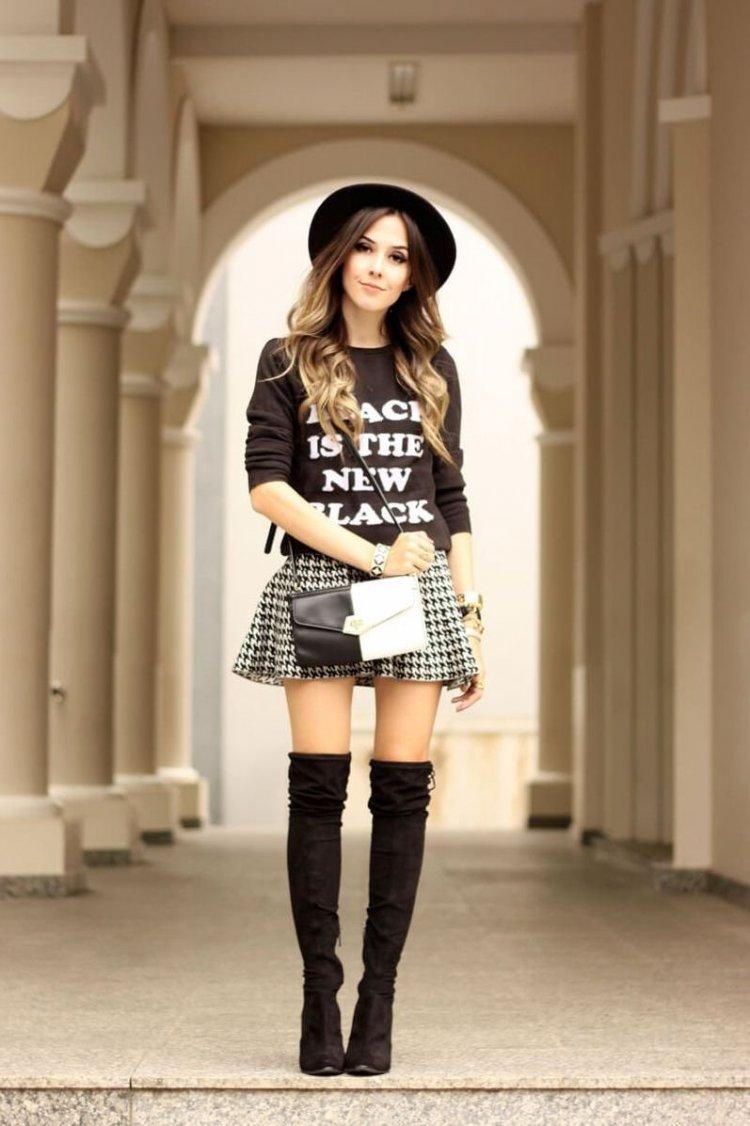 Mini falda y botas altas